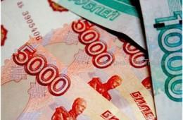 Рубль продолжает слабеть на опасениях новых санкций и снижении цен на нефть