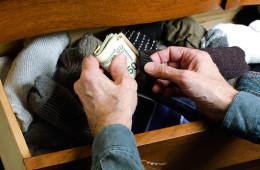 Россияне все меньше доверяют свои деньги банкам