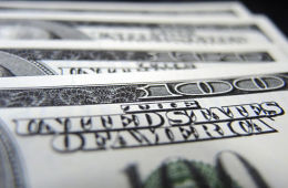 Доллар творит историю: курс американской валюты впервые преодолел отметку в 52 рубля