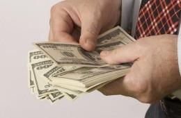Медведев возвращает чиновников в госкомпании следить за валютой