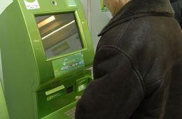 Курс рубля ни при чем? Сбербанк не обслуживает карты