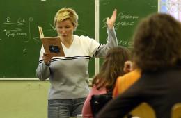 Врачам и учителям хотят отменить досрочный выход на пенсию