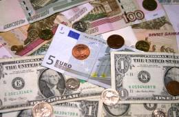 Эксперты считают апрельский взлет рубля временным и советуют запасать валюту к отпуску