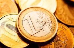 Курс евро впервые с ноября упал ниже 60 рублей, доллар ниже 55