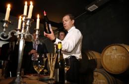 Медведев поручил разработать предложения по поддержке российских производителей вина