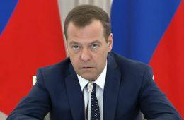 Медведев призвал не верить обещаниям увеличить пенсии и зарплаты в несколько раз