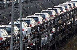 Импорт легковых автомобилей в Россию упал почти на треть