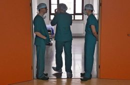 Рост зарплат медиков урежут вдвое