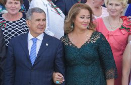 Президент Татарстана Минниханов заработал в прошлом году в 313 раз меньше супруги