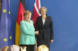 Юнкер разозлил Меркель своими комментариями о Brexit и Терезе Мэй