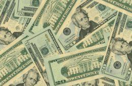 Курс доллара снизился до 57,04 руб.