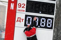 Правительство и нефтяники договорились ограничить рост цен на бензин и дизель в январе-марте следующего года