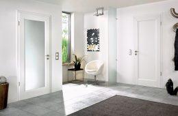 Белые двери – то, что уместно в любом интерьере