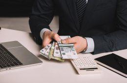 Экономисты предложили реформировать систему оплаты труда госслужащих