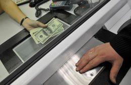 Россияне стали реже делать сбережения в валюте