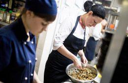 Медведев поручил пересмотреть правила работы ресторанов