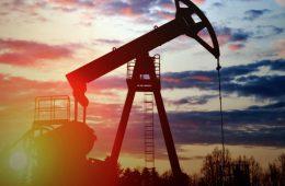 """Нефти становится слишком много: """"черное золото"""" продолжает дешеветь"""