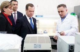 Медведев в шутку посоветовал привиться от Эболы вместо гриппа