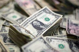 Рубль дорожает к доллару и евро в начале валютных торгов