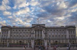 «Елизаветинка»: Букингемский дворец анонсировал выпуск джина с боярышником