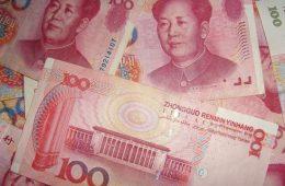 Экономист рассказал, пора ли россиянам менять доллары на юани