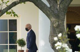 Сенаторы просят Байдена выслать 300 дипломатов РФ, если штат посольства США не расширят